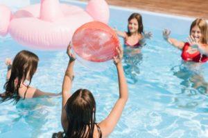 enfants jouent avec jeux piscine